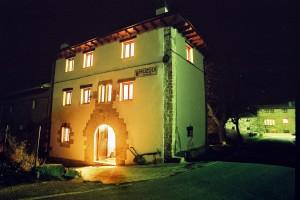 Imagen nocturna de Casa rural Urrarena